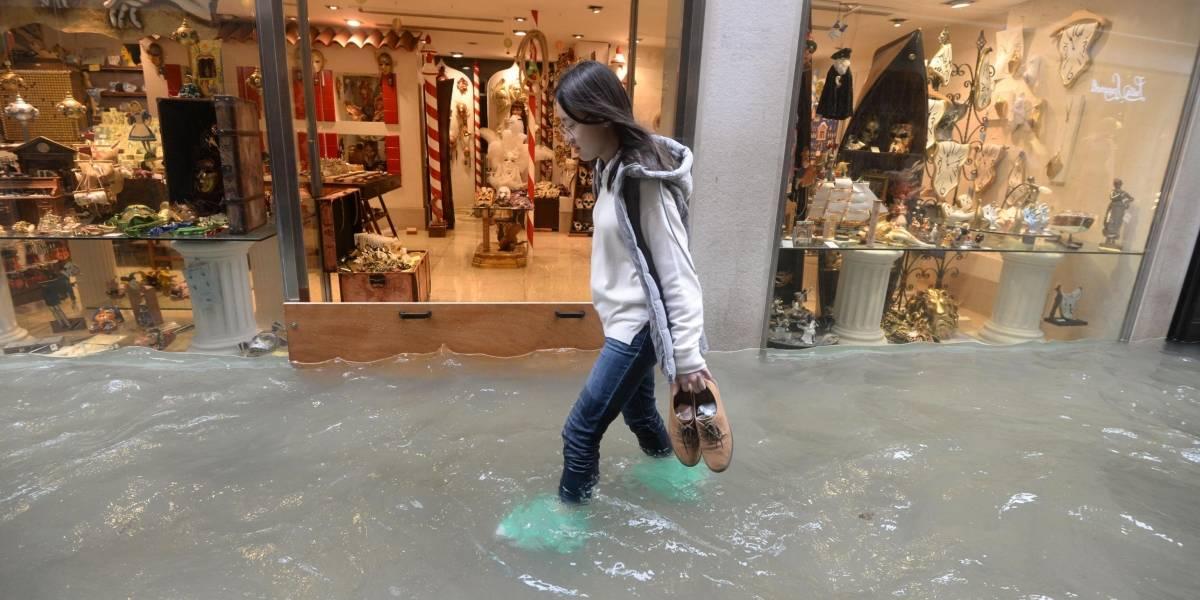 Una maratón y una pizzería funcionando con el agua hasta las rodillas: las impactantes imágenes de las inundaciones en Venecia