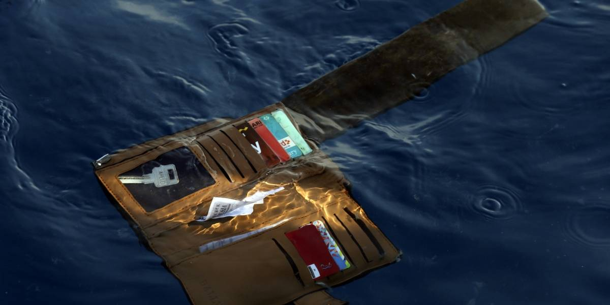 Encuentran restos y escombros de accidente aéreo en Indonesia