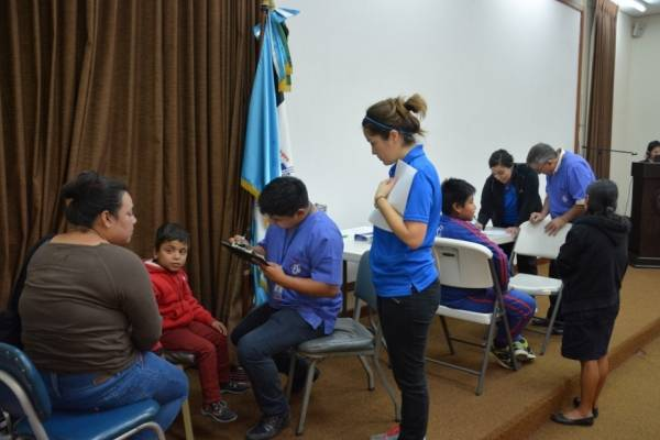 Pacientes apoyados con auxiliares auditivos se presentan a una asesoría de su equipo.