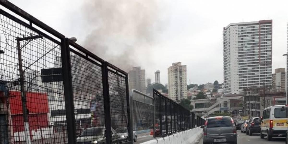 Carro pega fogo perto do aeroporto de Congonhas e complica trânsito