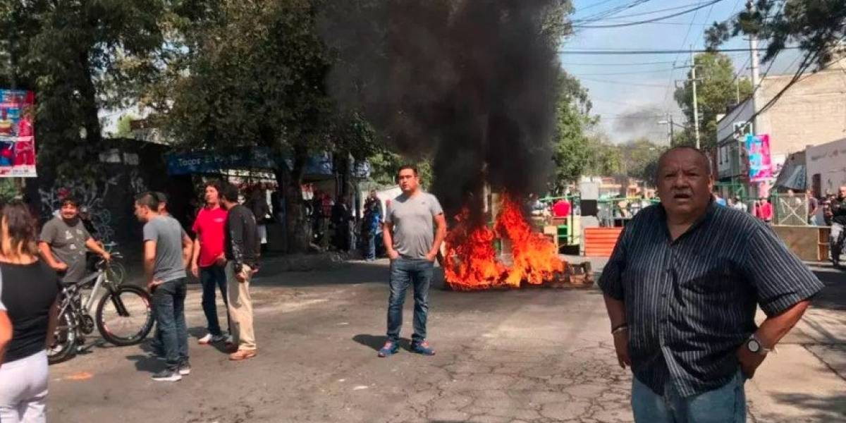 VIDEO: Golpean a reportero en vivo durante trifulca en Azcapotzalco