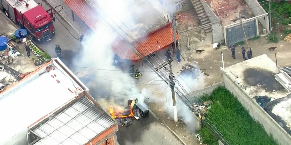Moradores põem fogo em objetos para conter reintegração de posse em São Paulo