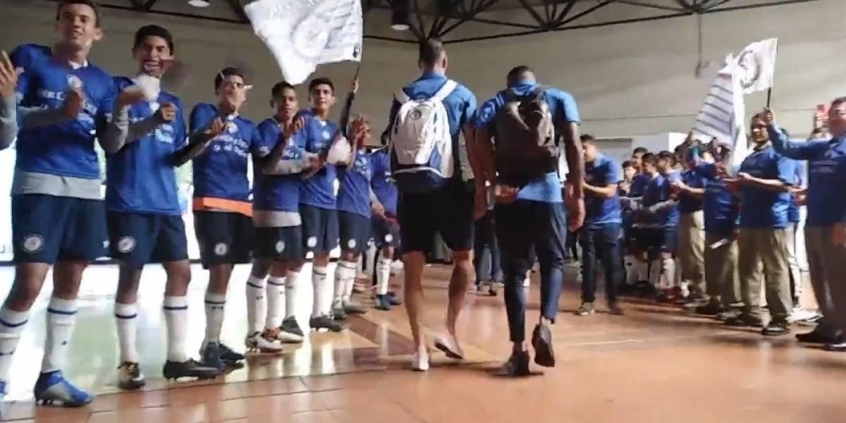 VIDEO: Trabajadores despiden a Cruz Azul rumbo a final de Copa