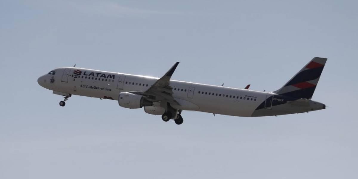 Avión de Latam que viajaba a Chile aterriza de emergencia en Argentina tras sufrir daños por tormenta de granizos