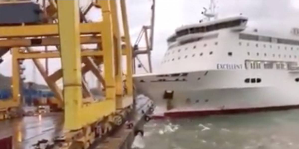 Con explosión incluida: el impactante momento en que un buque choca con una grúa en Barcelona