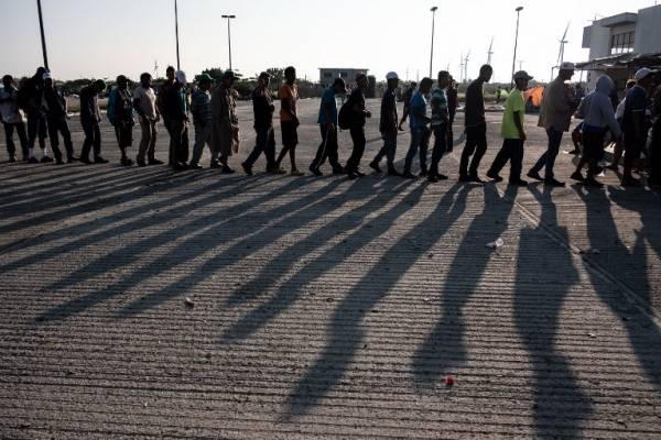 Una multitudinaria caravana de hondureños intenta cruzar México.