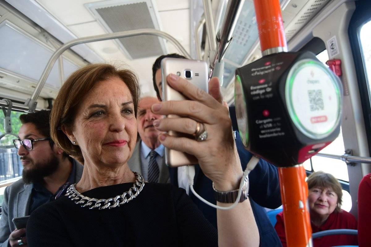 Gloria Hutt probando uno de los buses eléctricos