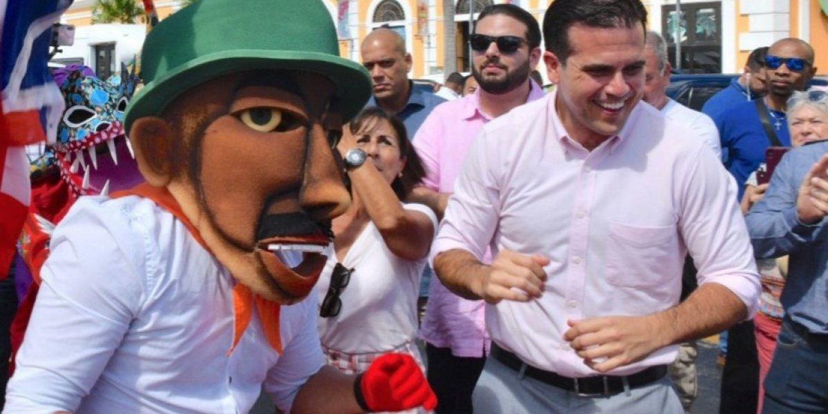 Rosselló recibe a turistas en el Puerto de San Juan