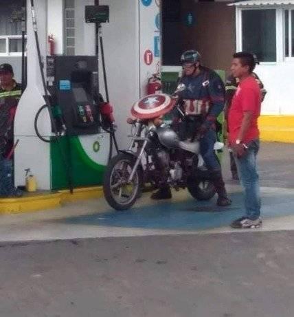Cuando el Capitán América tiene que echar gasolina