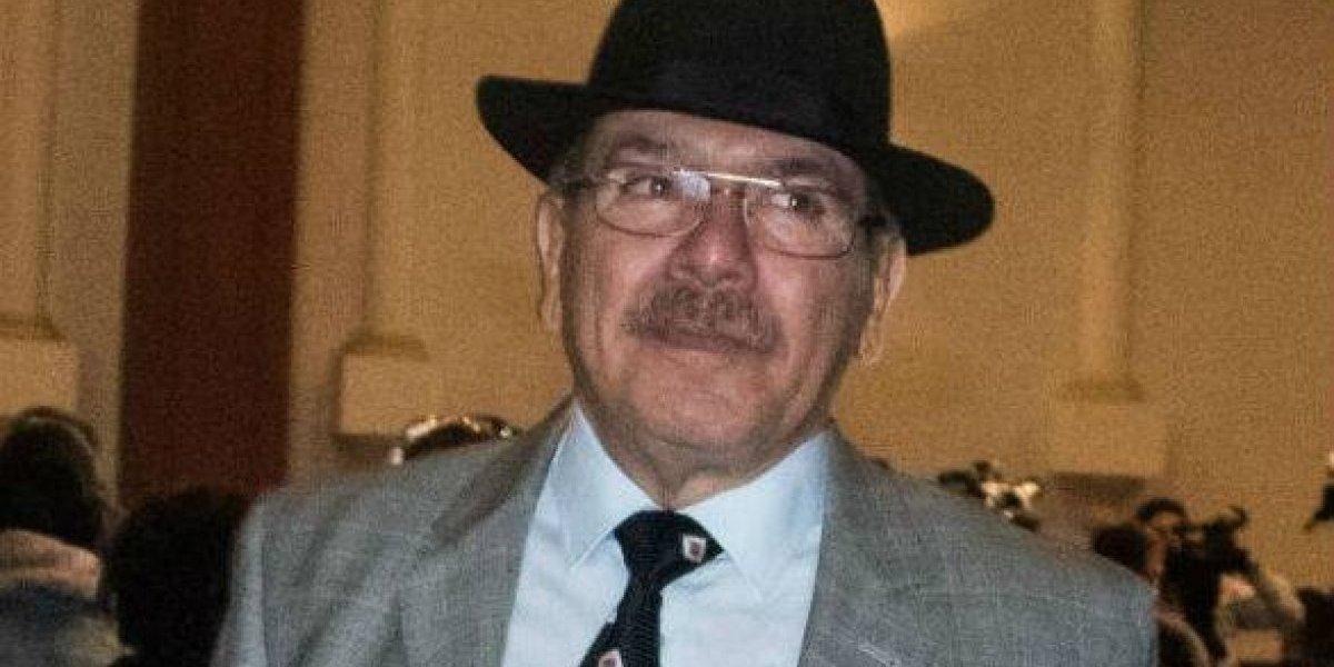 Él es Sergio Samaniego, encargado del aeropuerto de Santa Lucía