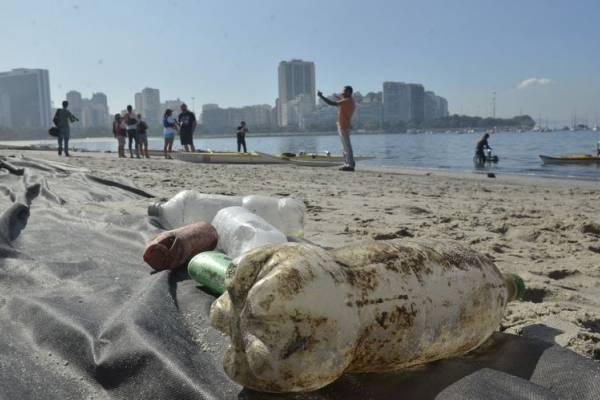 garrafa pet praia poluição