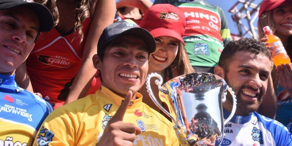 Escriben mal el apellido de Alfredo Ajpacajá en el trofeo de la 58 Vuelta a Guatemala