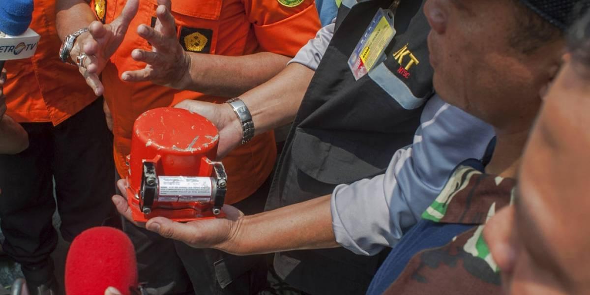 Recuperan caja negra del avión que cayó al mar en Indonesia