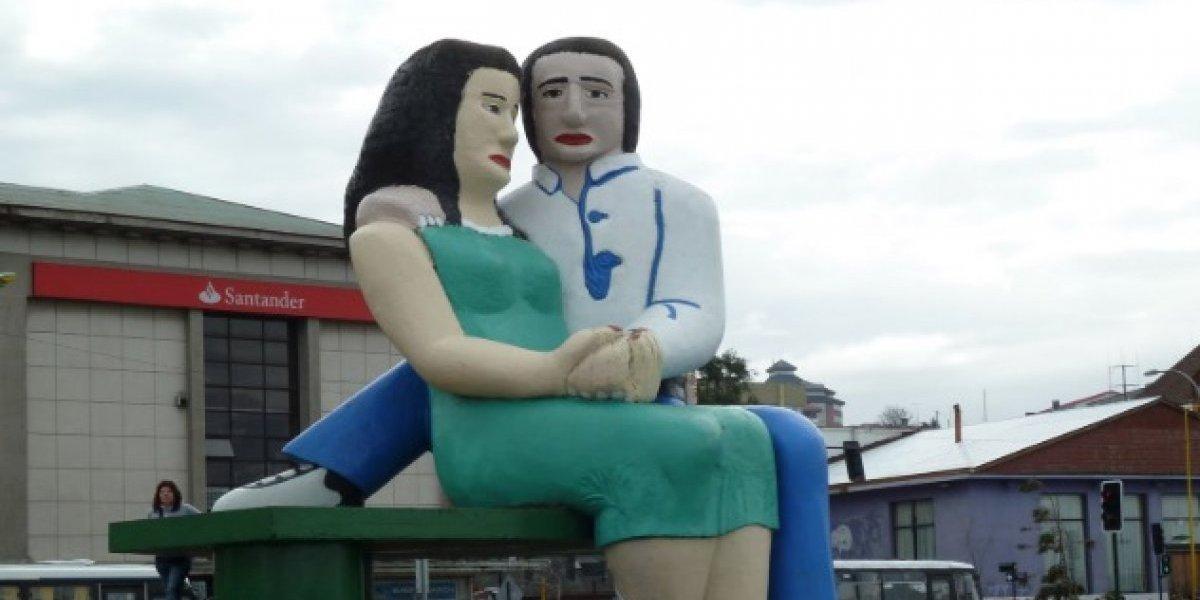 """""""Mejor disfraz de Halloween de la existencia"""": pareja """"homenajeó"""" emblemática estatua de Puerto Montt y se ganó el amor de las redes sociales"""