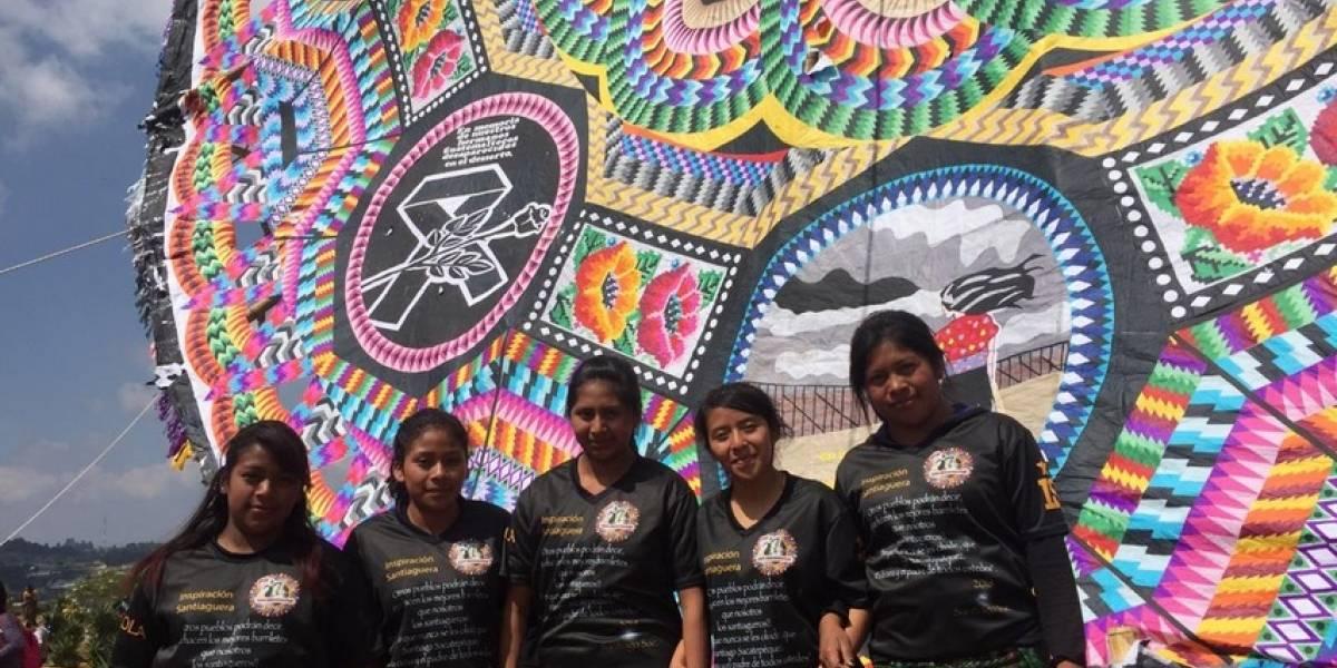 En Santiago representan a los migrantes en un barrilete gigante