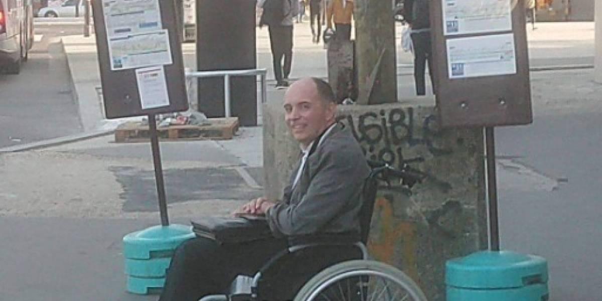 Chofer de bus baja a todos los pasajeros por no ayudar a hombre en silla de ruedas