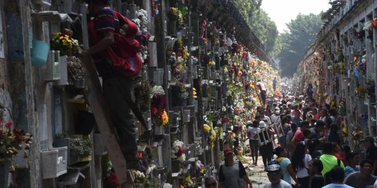 Con mariachis y flores, miles acuden al Cementerio General para recordar a seres queridos
