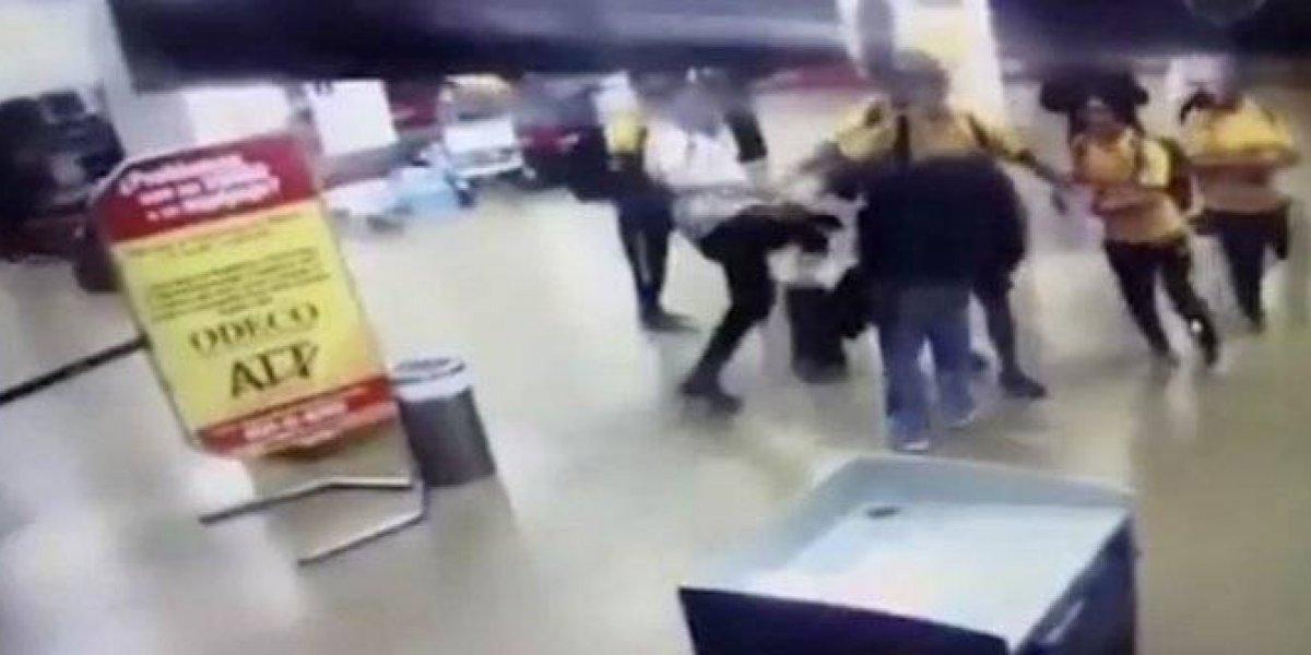 VIDEO: Investigan al DT de Bolivia tras patear brutalmente a un aficionado