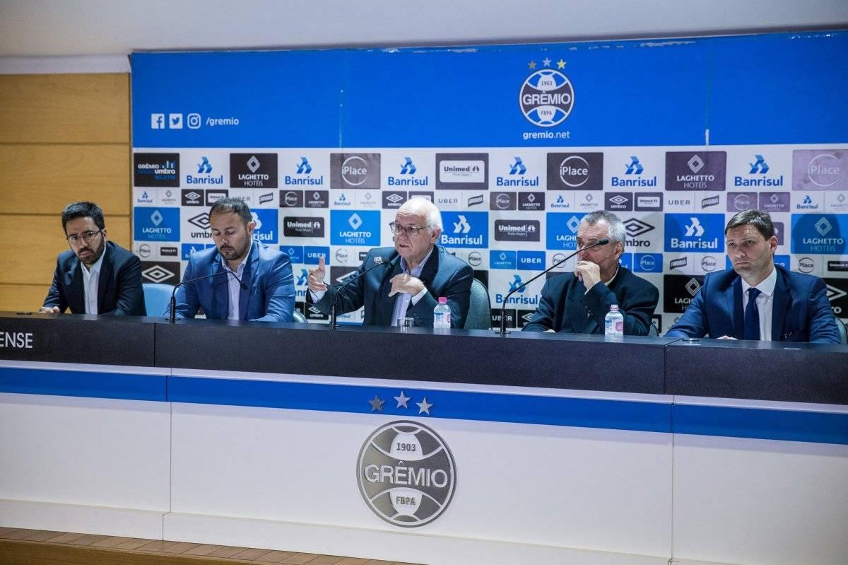 Romildo Bolzan, presidente de Gremio (al centro), dio una conferencia de prensa para explicar el reclamo con el club busca llegar a la final de la Libertadores / Foto: @Gremio