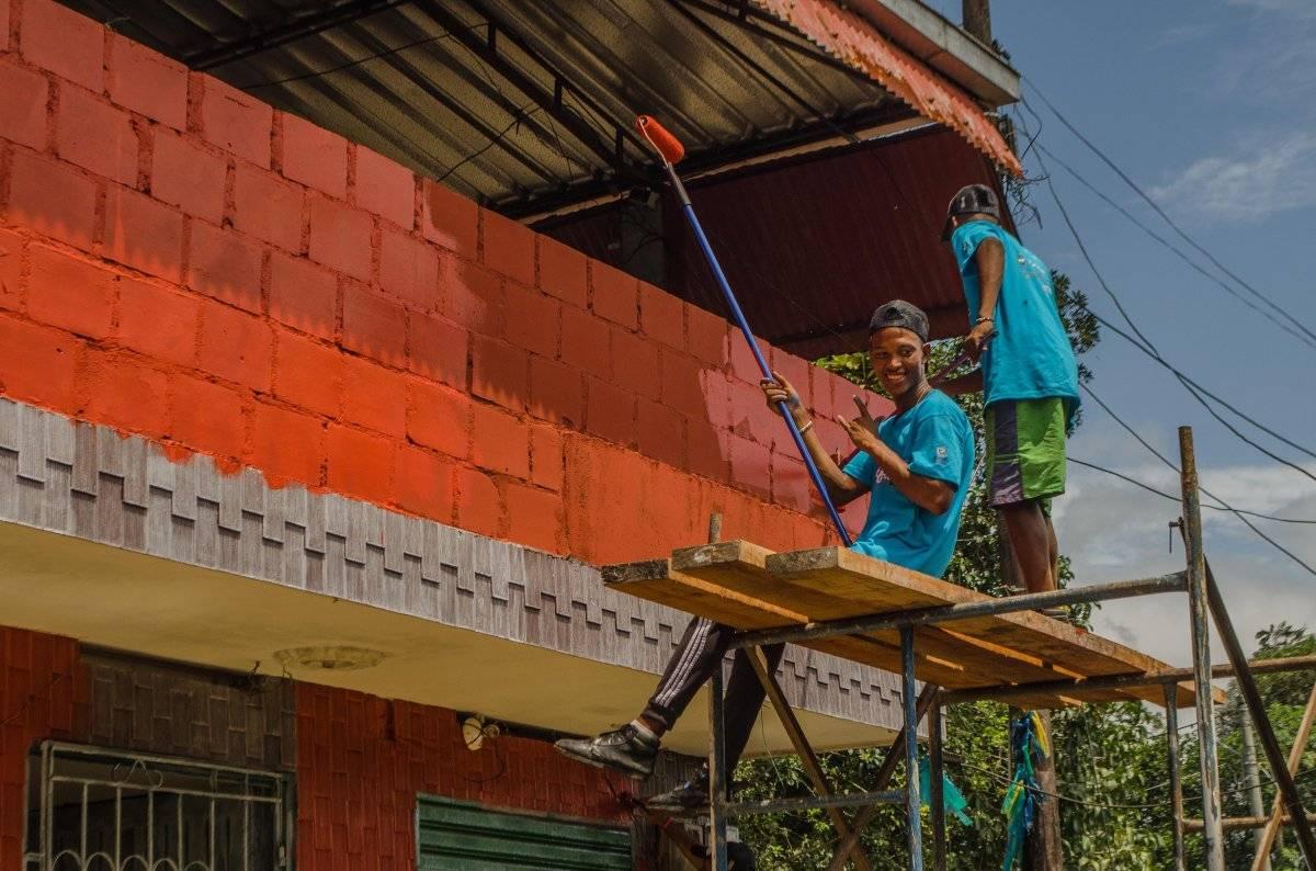 Junto a miembros de la comunidad, voluntarios de Cali y Buenaventura pintaron las casas. Foto: Papagayo Trip