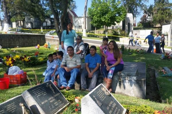 Recuerdan seres queridos en cementerio Los Cipreses