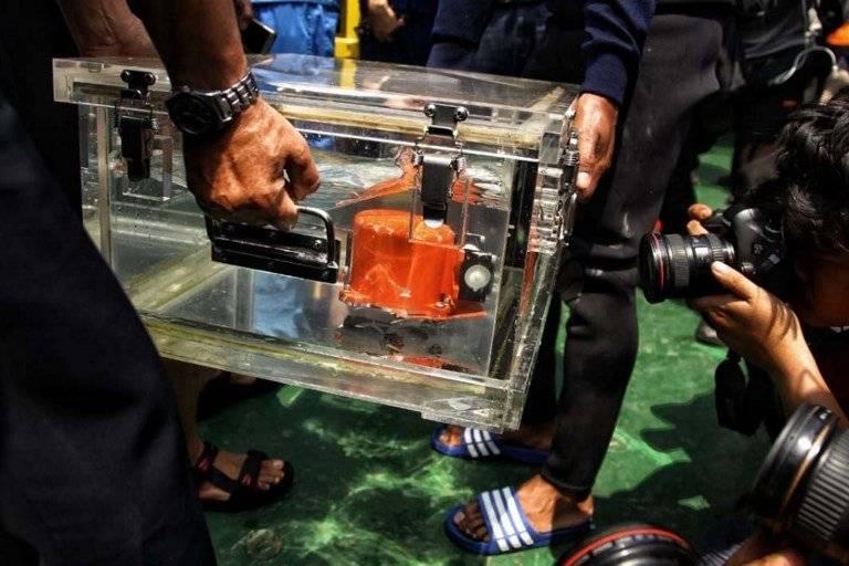 Hallan caja negra de avión indonesio accidentado