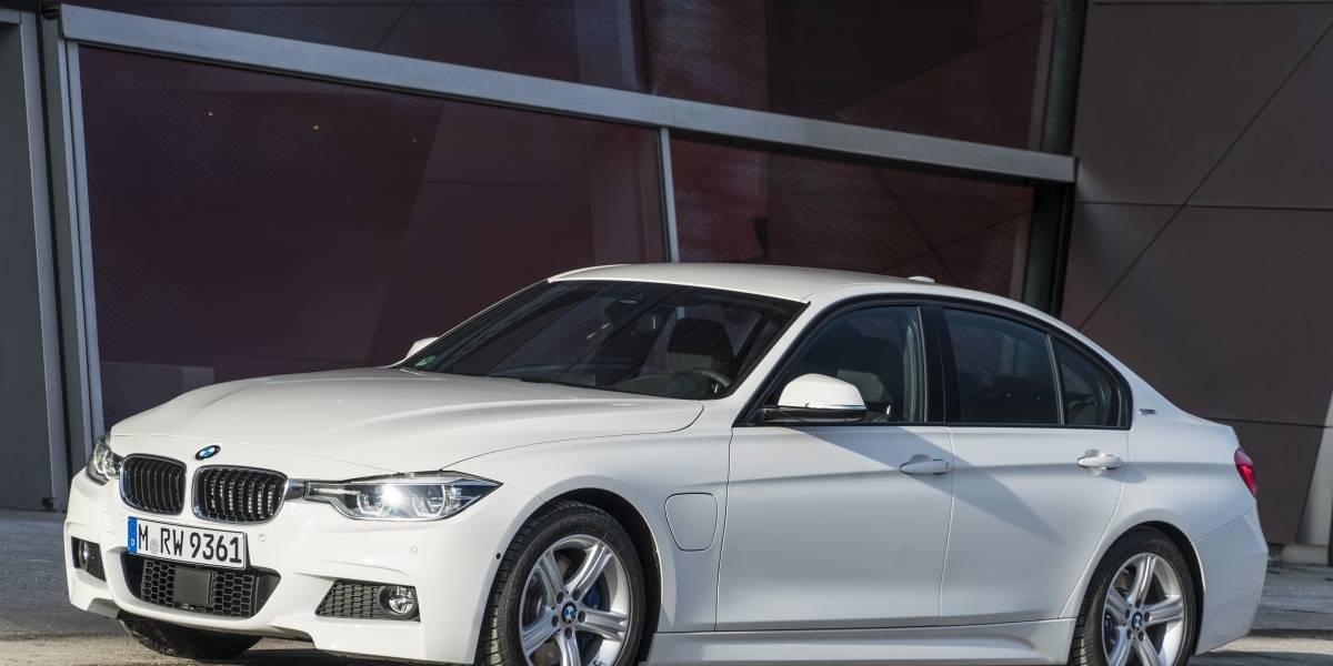 BMW 330e híbrido: el emblema del sedán deportivo ahora gana corriente