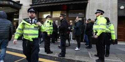 Policía de Londres en la sede de Sony Music
