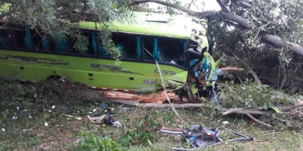 Un muerto y 19 heridos en accidente de bus escolar en vías de Córdoba