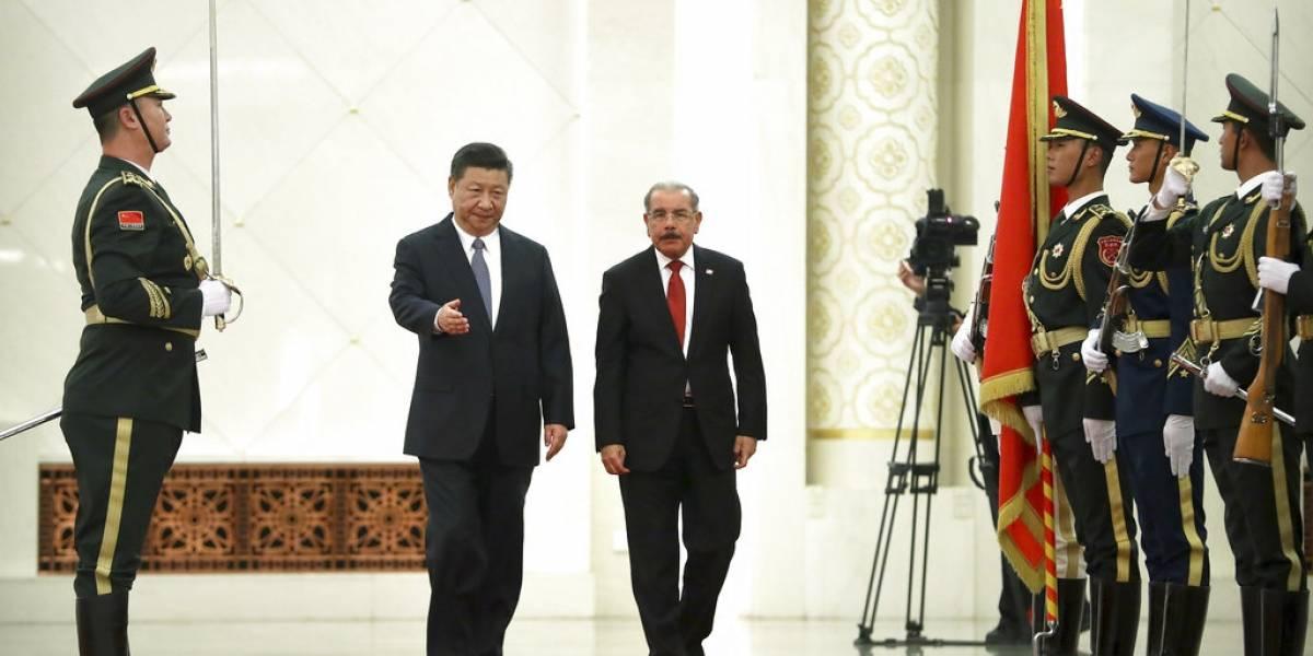 Tras romper con Taiwán, presidente dominicano visita Beijing