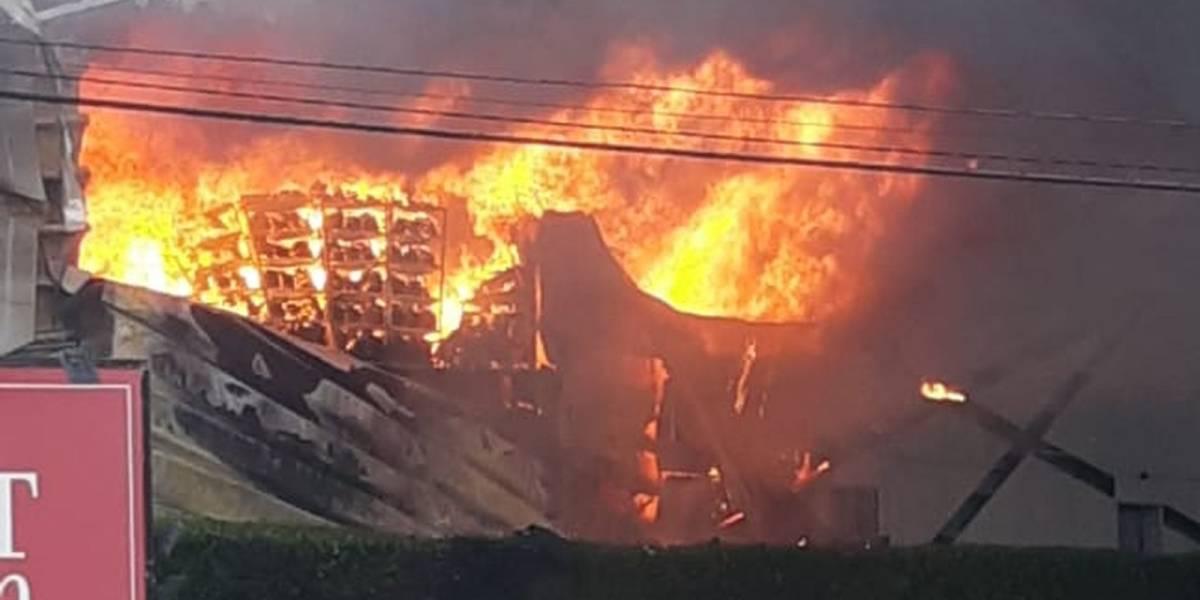 Incêndio destrói lojas do Outlet Premium na rodovia dos Bandeirantes