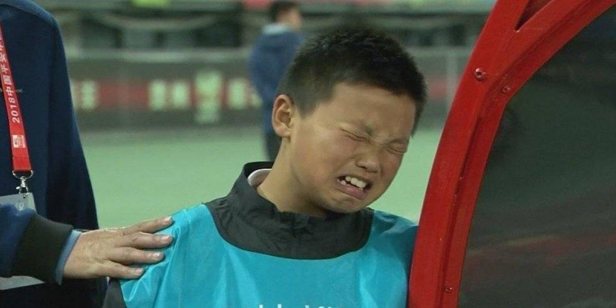 VIDEO: Recogebalones entra en llanto por el descenso de su equipo