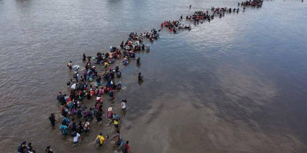 Cientos de salvadoreños cruzan de Guatemala a México por río fronterizo