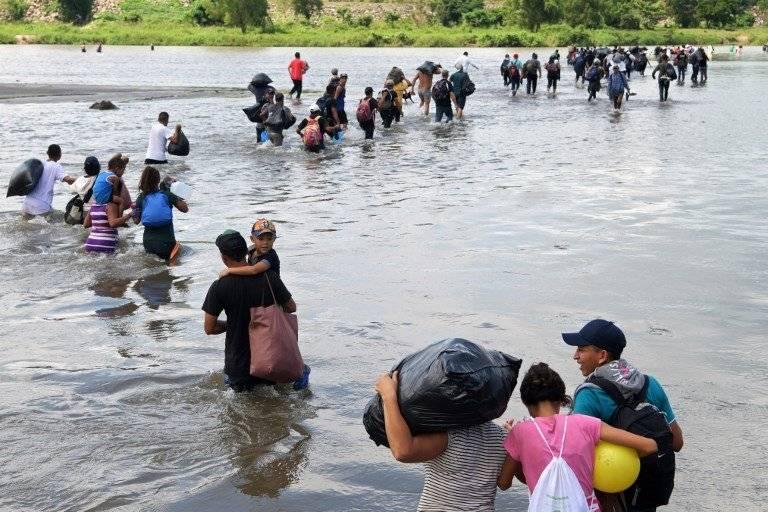 migrantes salvadoreños cruzan río Suchiate