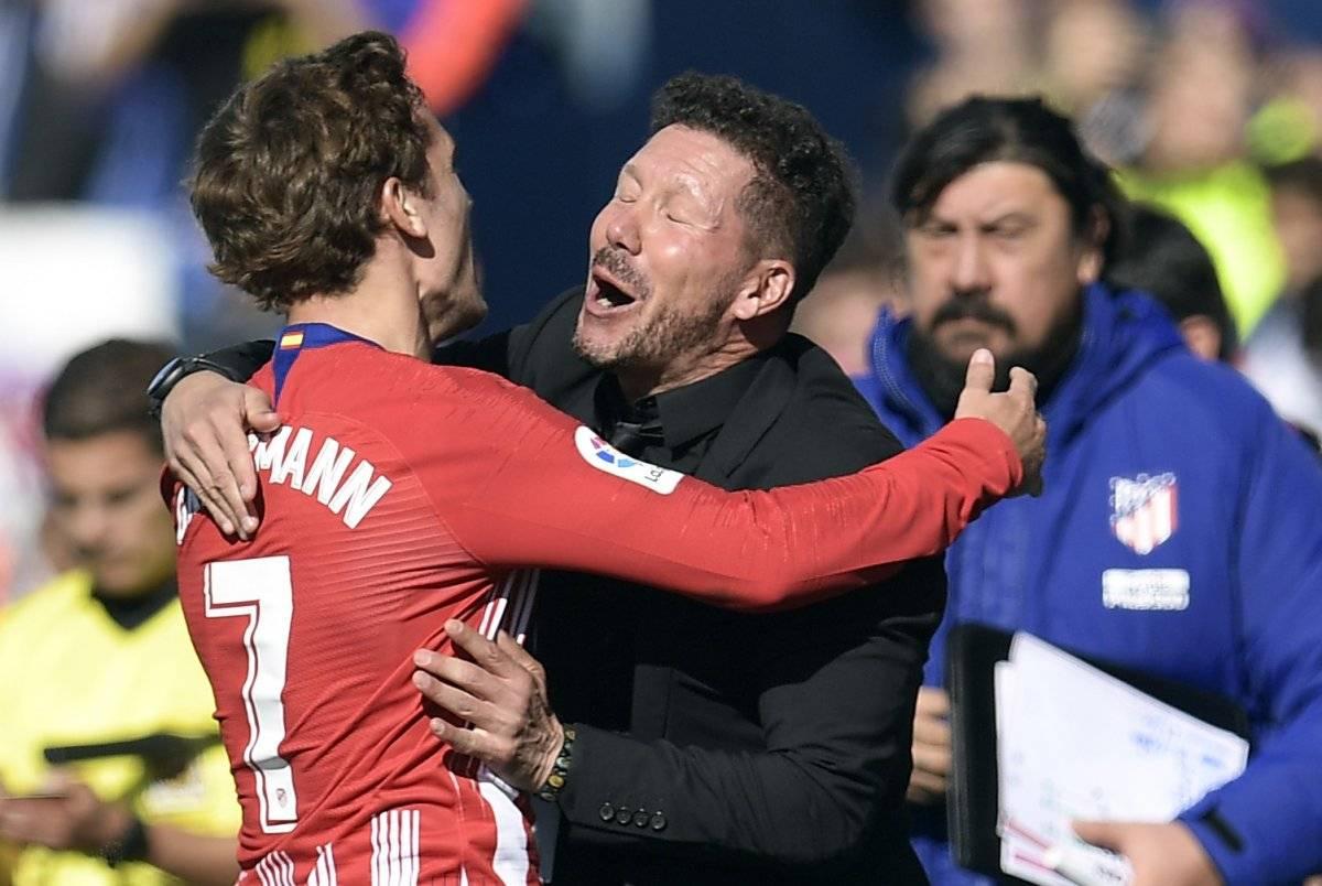Griezmann festeja con el técnico Diego Simeone