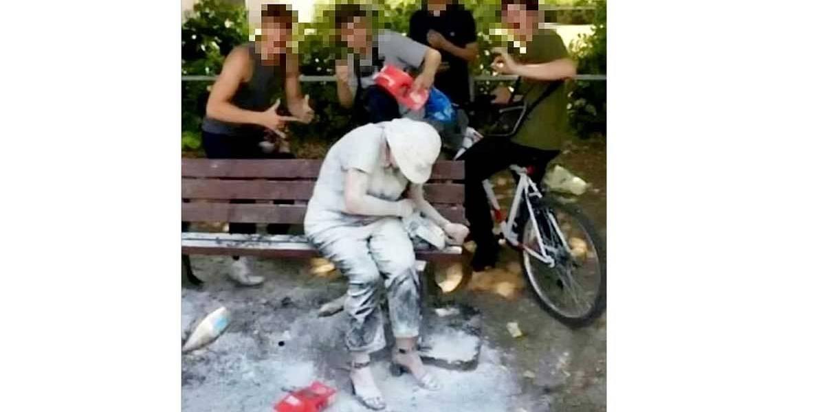 Jovens atacam deficiente, cospem, jogam ovos e tiram selfies para postar na rede