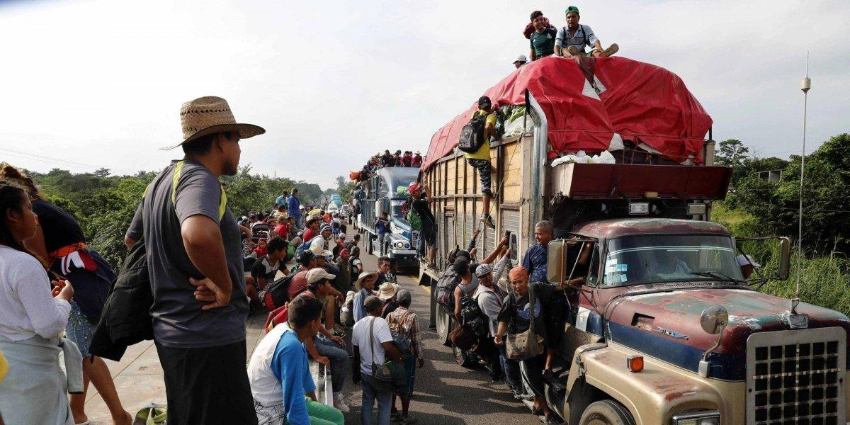 """""""No somos asesinos"""": caravana de migrantes responde amenazas de Trump y sigue avanzando en busca del """"sueño americano"""""""