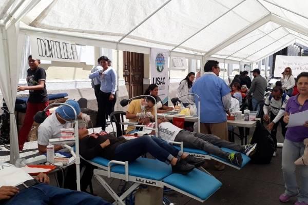 Médicos realizan jornada gratuita frente al Congreso.
