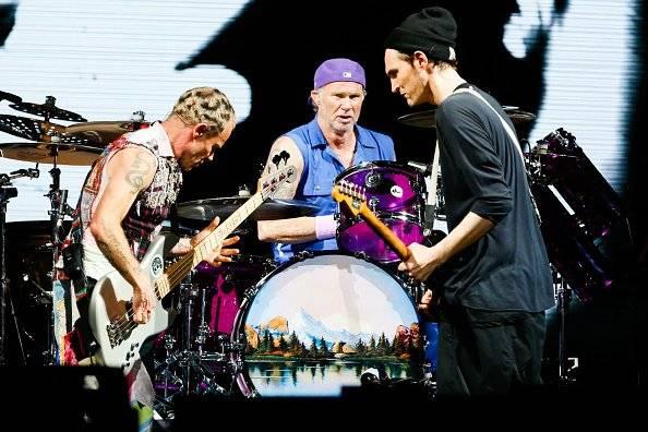 Los Red Hot Chili Peppers dieron un show en un colegio
