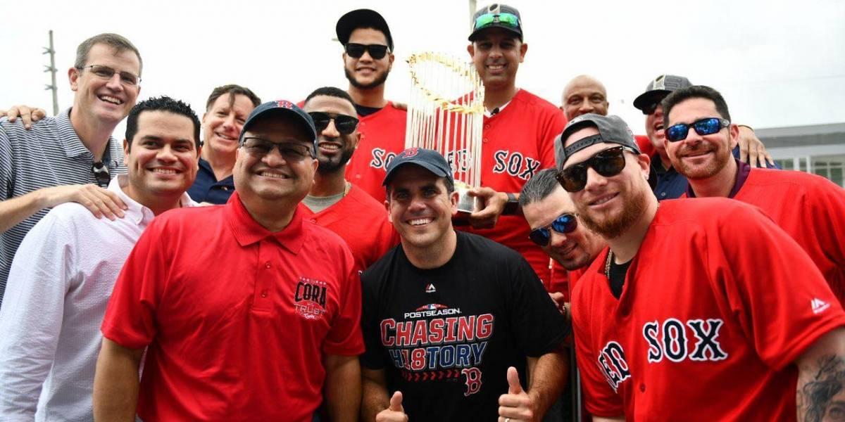 Gobernador recibe a Alex Cora y equipo de Medias Rojas de Boston