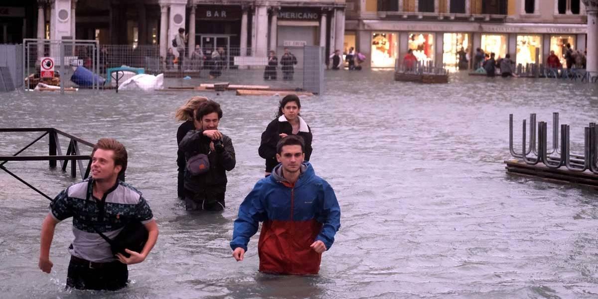 Centro de Veneza volta a ser inundado por 'água alta'
