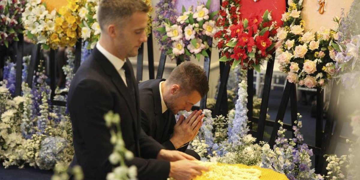 Jugadores del Leicester City acuden a Bangkok al funeral del dueño del club