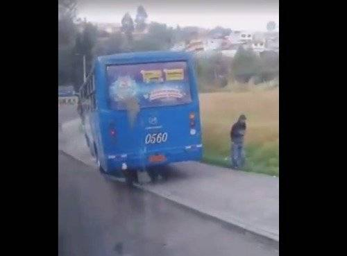 Bus de servicio público invade vereda por rebasar tráfico en el centro de la ciudad