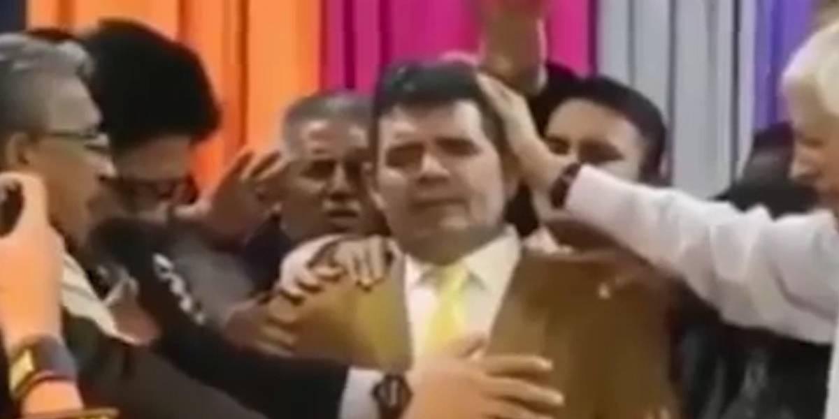 Escenario se desploma en plena 'bendición' sobre político argentino (VIDEO)