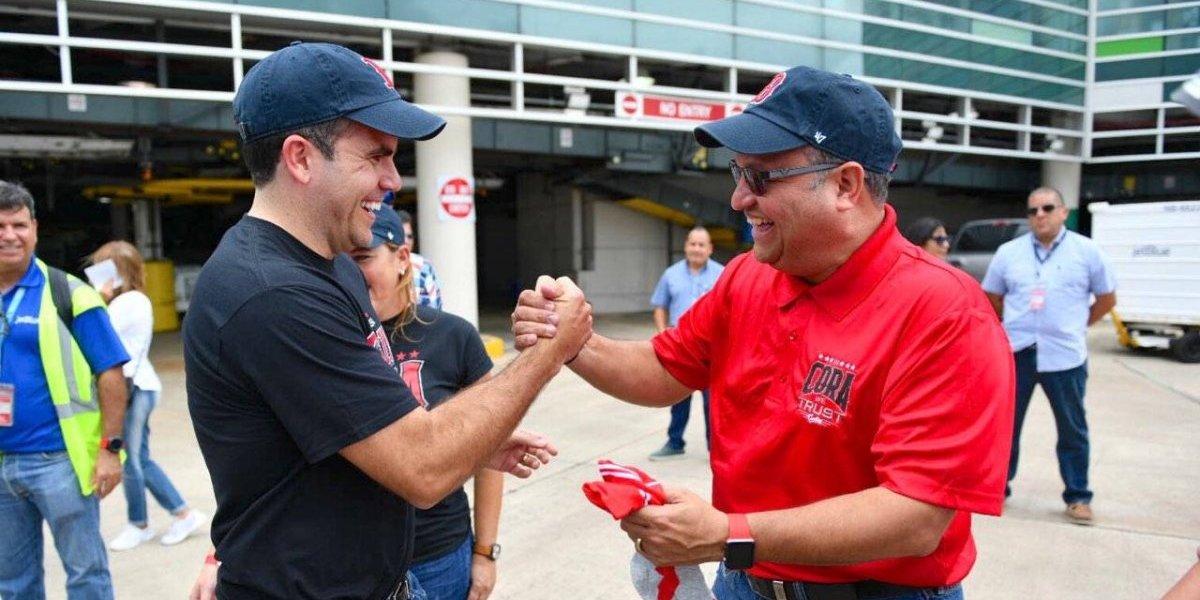 Rosselló entrega regalo conmemorativo de visita de Cora al alcalde de Caguas