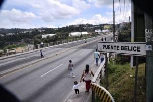 Personas caminan sobre el puente Belice