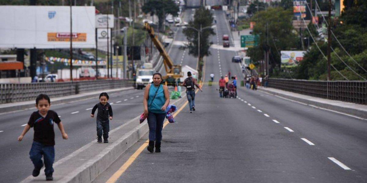 Aprovechan remozamiento de puente Belice para caminar y divertirse
