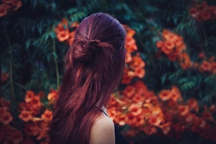 cabello color vino tinto