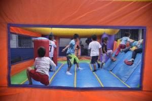 Niños juegan en el albergue habilitado