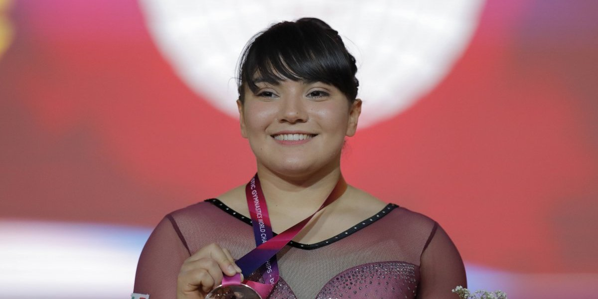 Alexa Moreno regresa a México bañada de bronce